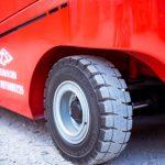 So sánh sự khác biệt giữa lốp đặc xe nâng và lốp hơi